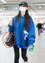 24歲星女郎機場炫富!手上包包十萬塊,穿健美褲炫出一雙小鳥腿