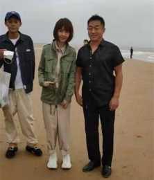 網友在海邊偶遇魯豫,身材瘦骨嶙嶙好嚇人,脖子以上皮都是松的!