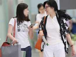 周濤的私服穿搭才叫高階,印花外套配小白褲好美,60後女性可照穿