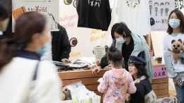 孫儷帶兒女街邊擺攤, 打扮低調, 4小時賣了14741元, 單價引熱議