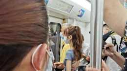 """""""地鐵看到一對情侶,這小姑娘到底是咋想的?""""哈哈哈哈"""