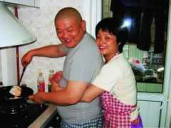 傅彪去世後,張秋芳揹著200萬債務也不賣別墅,原因藏在後院裡
